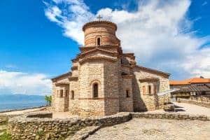 Een mooie zomerse dag met de Kerk van St. Panteleimon in Ohrid